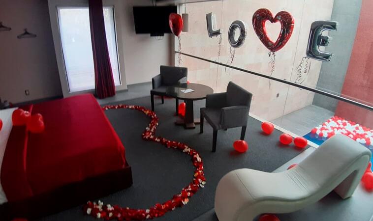 Love Hotels que decoran la habitación para el 14 de febrero