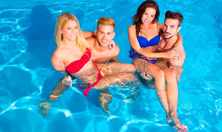 Trajes de baño sensuales para una pool party en un motel
