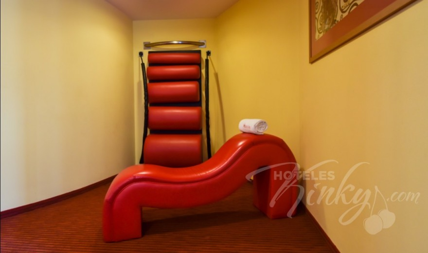 Habitaciòn Pole Suite  del Love Hotel Plaza del Rey Hotel & Villas