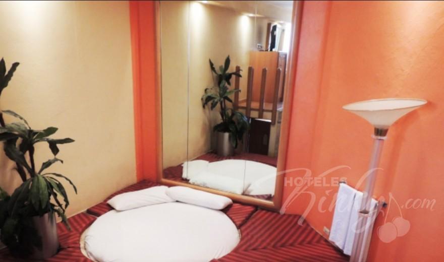 Habitaci n suite colch n de agua del love hotel villa p rticos - Cama de agua precio ...